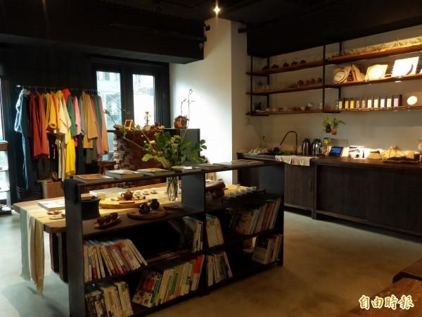 若山茶書院以建築、旅遊與藝文為主題,結合茶藝和藝術家作品展示,充滿藝文和綠意。(記者廖雪茹攝)
