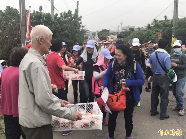 不少村落總動員準備豐盛食物迎接大甲媽祖進香團的「香燈腳」。(記者廖淑玲攝)