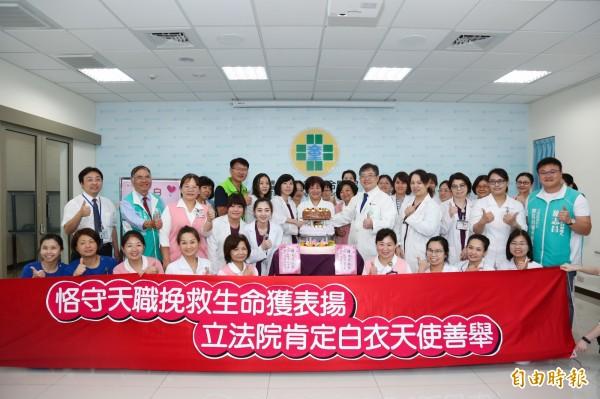 立法院副院長蔡其昌派員表揚童綜合護理師泰國救人義行,提前慶祝護師節。(記者張軒哲攝)
