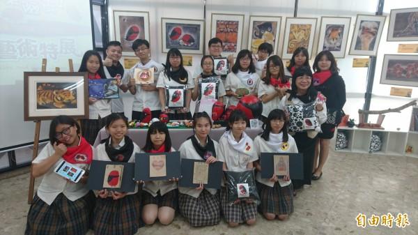 台南光華高中將課程與劉其偉特展結合,完成多款婆憂鳥文創商品。(記者劉婉君攝)