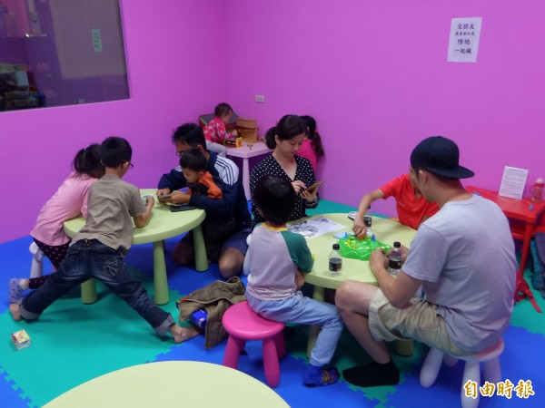 兒童職能治療師曾俊傑運用桌遊作為教具,透過桌遊帶入故事和技巧;他不僅陪伴自己的孩子玩桌遊,也利用書局大力推廣親子桌遊。(記者廖雪茹攝)
