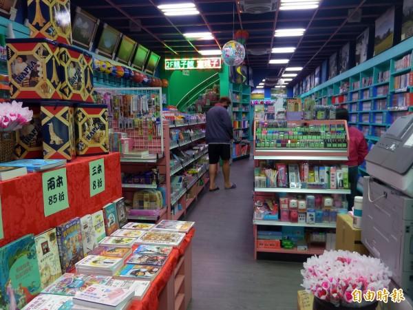 本身是新竹縣學校巡迴職能治療師的曾俊傑,接手景辰書局後重新裝潢,打造多元功能的圖書親子館。(記者廖雪茹攝)