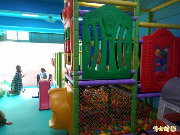 景辰圖書親子館2樓倉庫化身為寶貝遊戲室和桌遊室。(記者廖雪茹攝)