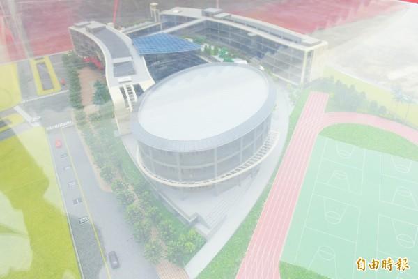 安興國小活動中心建築物設計,為以圓代方的橢圓量體。圖為模型。(記者廖雪茹攝)