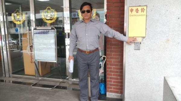 台灣百合正義會代表今至士林地檢署,按鈴控告林芳仲背信。(記者黃捷翻攝)