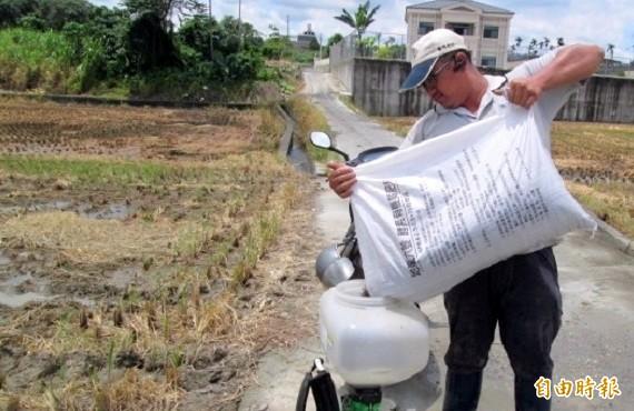 南投縣農友將益菌肥倒入農用噴灑機具情形。(資料照)