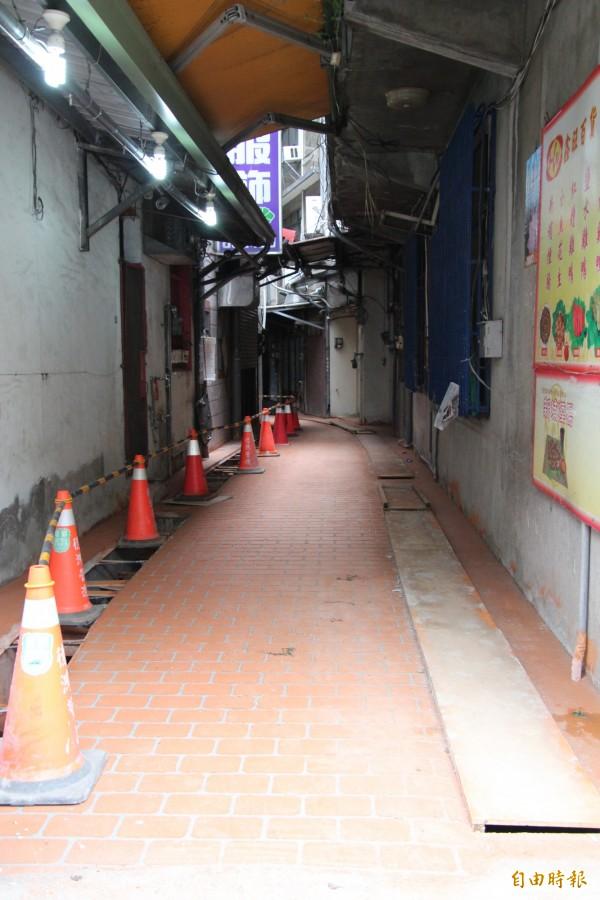新竹縣新埔鎮百年傳統市場1期排水和鋪面改善工程今天進行收尾。(記者黃美珠攝)