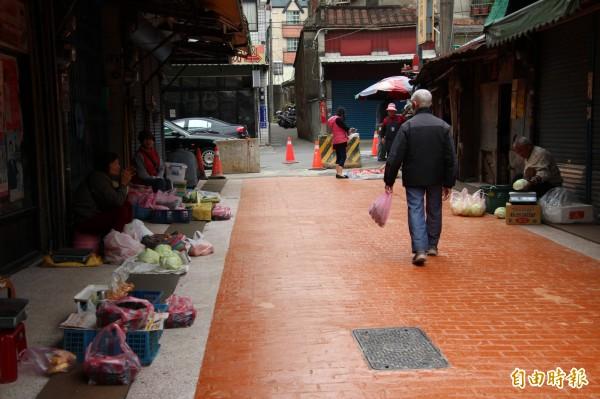 等不及的攤商,今天已經重新回到新埔市場擺攤營生。(記者黃美珠攝)