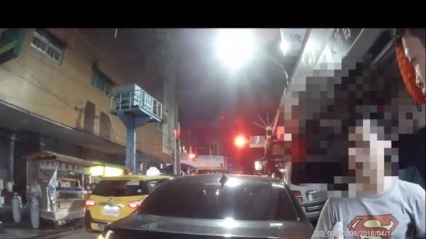 王姓男子因違規停車遭警方盤查。(記者曾健銘翻攝)