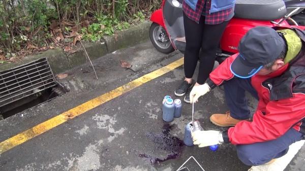 環保局人員今年2月6日發現燿華排出強鹼性廢液,今縣府依法對燿華開罰257萬4000元罰鍰。(記者張議晨翻攝)