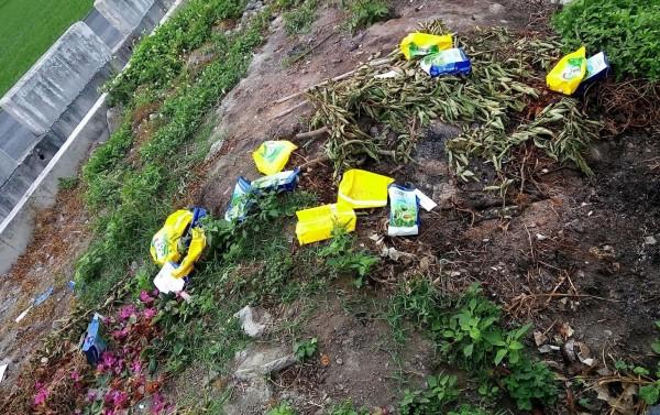 被丟棄的農藥袋將近十數只,疑似要被當廢棄物燃燒。(記者陳冠備翻攝)