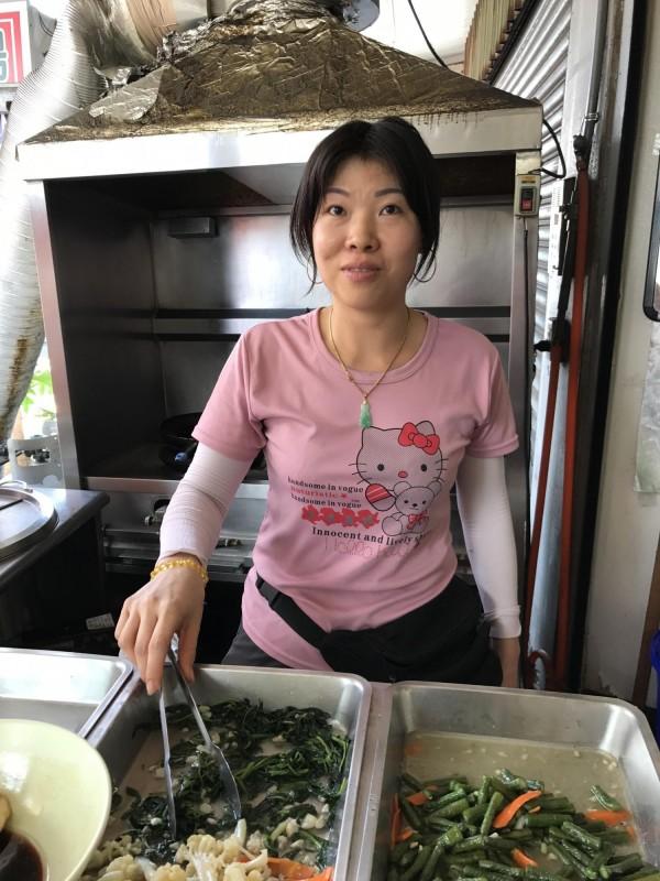 張氏玉香為了教慢飛天使女兒,上了6年補校,如今開起小吃店。(記者洪臣宏攝)