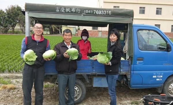 不少民眾在許文萍臉書看到訊息,也來認購高麗菜。(記者陳冠備翻攝)