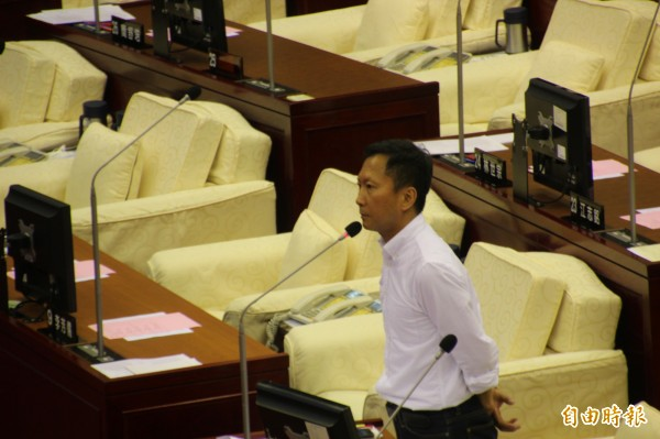 勞動局稱是因為作業人員失誤,但李慶鋒對於答案不滿,就他所知,這些並非個案,要求勞動局徹底清查,提出解決方案。(記者鍾泓良攝)