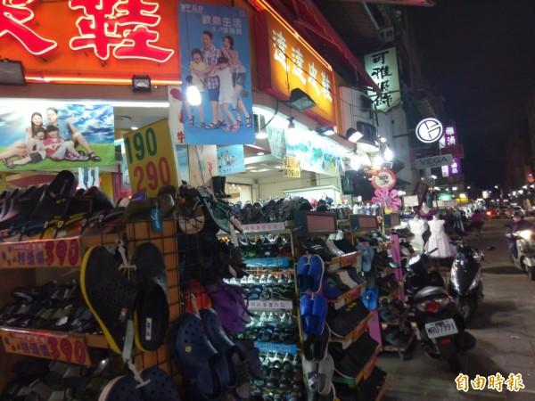 達達皮鞋店位於嘉義市文化路鬧區,今晚傳遭砸店,店家已整理鞋架,把鞋子復位。(記者王善嬿攝)