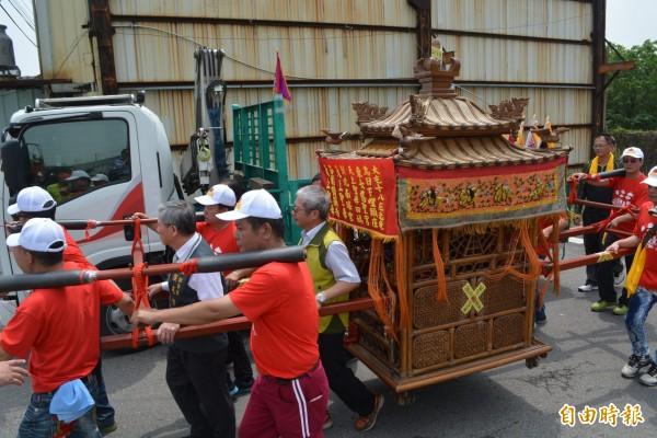 「大屯18庄遶境」今天在台中烏日東女慈聖宮舉辦起駕儀式後,參與宮廟鑾轎一起出巡遶境。(記者陳建志攝)