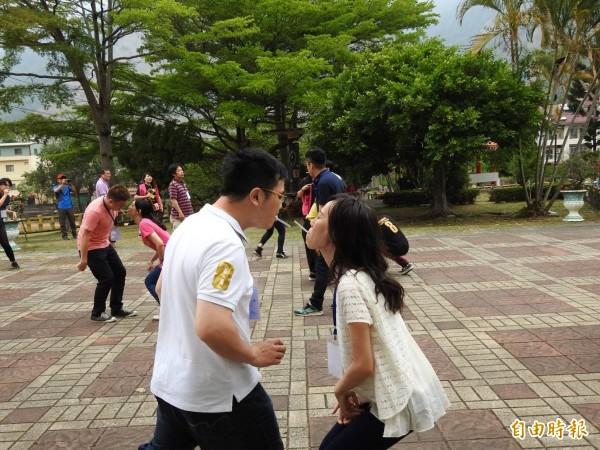 鳳一戶所推出戀愛巴士,適婚男女玩起互動遊戲。(記者陳文嬋攝)