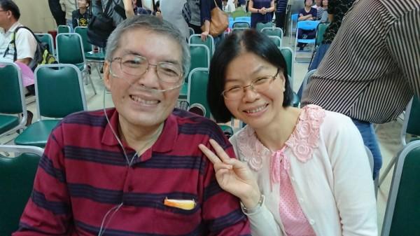 蘇健裕醫師(左)在妻子尹亞蘭(右)及兒女精心籌畫下,15日以畢業會方式舉辦「健裕的快轉人生-畢業季」。(家屬提供)