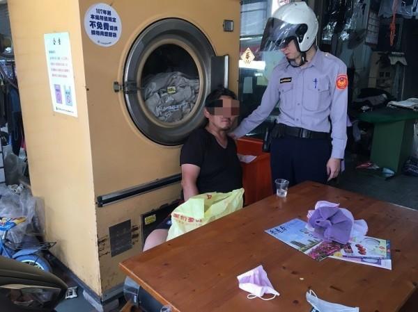 警方逮捕蕭嫌後陪同到洗衣店拿送洗的衣服。(記者葉永騫翻攝)