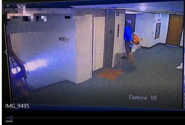 蕭嫌在旅館內偷員工衣服都被監視器錄下。(記者葉永騫翻攝)