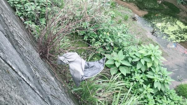 邵姓毒蟲隨機搶走婦人背包後,把身上穿的外套丟棄路旁。(記者林嘉東翻攝)