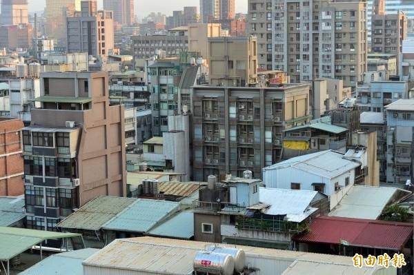 頂樓加蓋已成台灣天際線怪現象。(資料照)