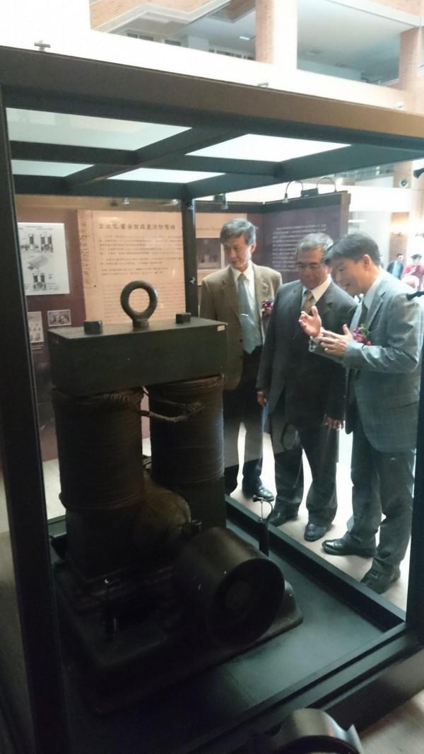 全台僅3台的「愛迪生-霍普金森直流發電機」,重現成功大學電機系中庭展示。(記者劉婉君攝)