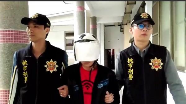 桃園市劉男持槍在網路上炫耀遭逮。(記者許倬勛翻攝)