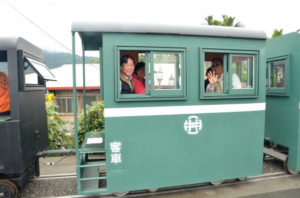 三星鄉快樂學堂今天舉辦開學典禮,鄉公所安排學員搭乘復刻版林鐵小火車,回溫青春時光。(記者張議晨翻攝)