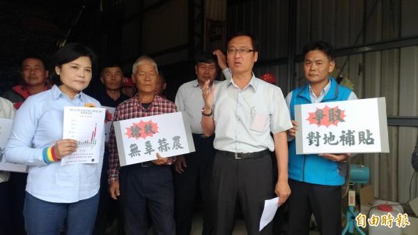 土庫農會總幹事黃萬聰(右)要求政府對地補貼、並將蒜頭納入轉作補助才是真護農。(記者廖淑玲攝)