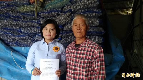 土庫大荖社區發展協會理事長王見長(右)請求立委張麗善為蒜農發聲。(記者廖淑玲攝)