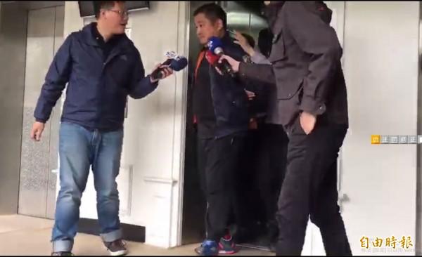 朱雪璋(左1)被移送。(記者吳仁捷攝)