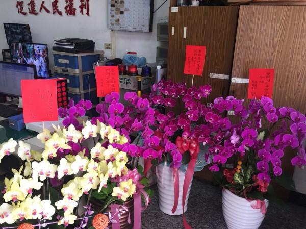 民眾送的花卉盆栽,擺滿警所。(記者吳俊鋒翻攝)