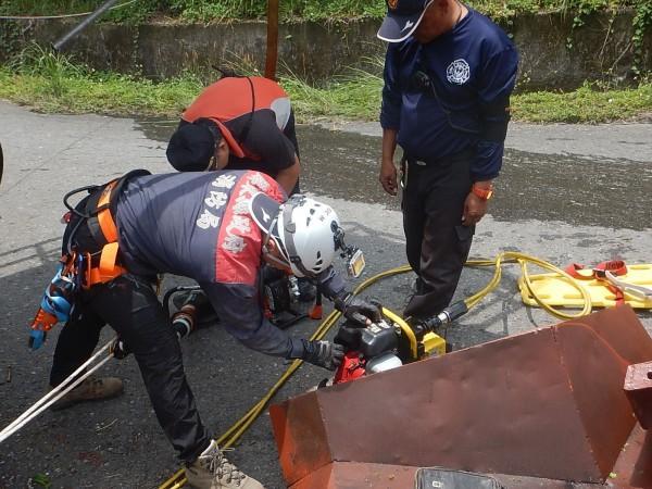 消防人員緊急救援。(記者羅欣貞翻攝)