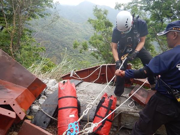 消防人員垂吊救人。(記者羅欣貞翻攝)
