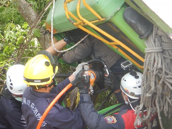駕駛受困,消防人員驚險救援。(記者羅欣貞翻攝)