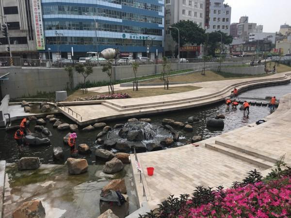 柳川藍帶水岸河段進行清理維護等工作,即日起暫時封閉至4月29日。(水利局提供)