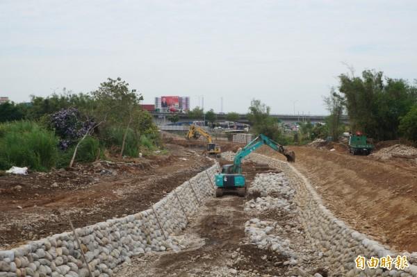 水利局外托包商正進行「南勢溪環境營造」工程。(記者歐素美攝)