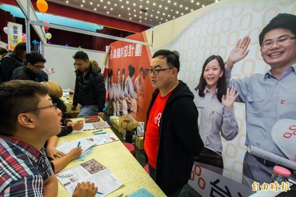 高科大辦就業與實習博覽會,圖為企業招募情形。(記者黃旭磊攝)