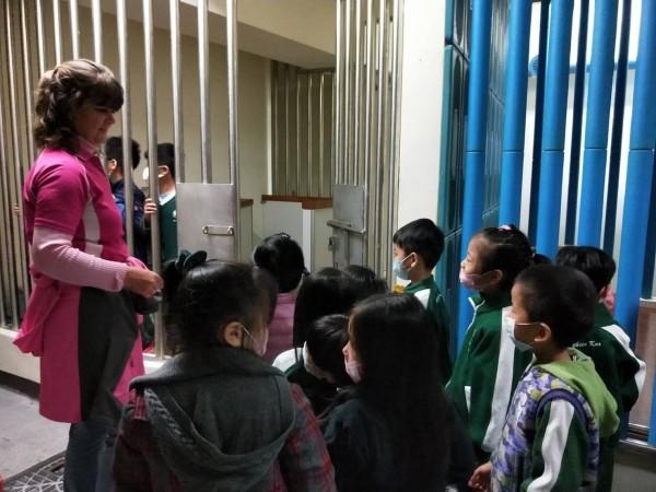 頭份警分局帶著幼兒園小朋友參觀拘留室。(記者鄭名翔翻攝)