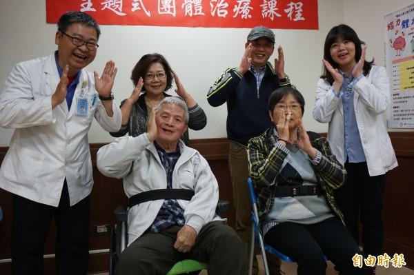 王伯伯與蔡阿姨與職能治療師和家人一起表演帶動唱。(記者蔡淑媛攝)