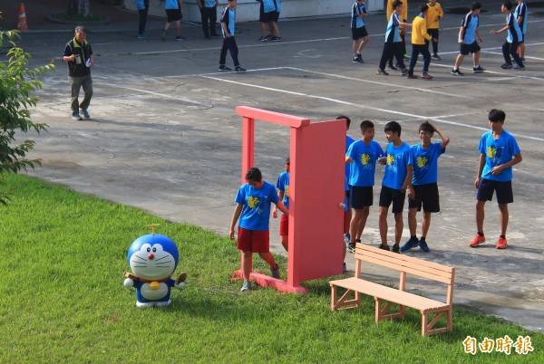 田尾國中學生們趁下課時間開啟任意門玩耍。(記者陳冠備攝)