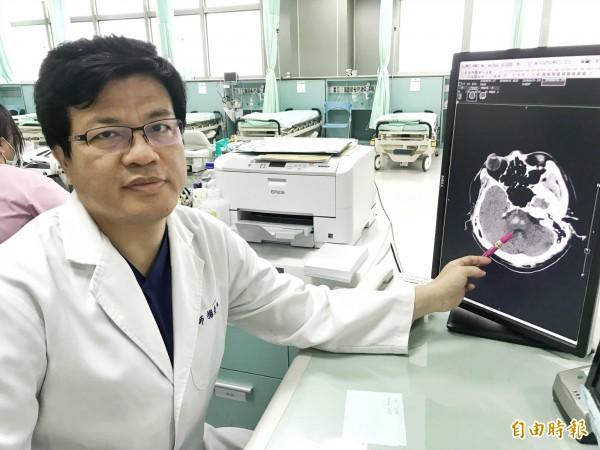 急診醫學科醫師楊景旭指出,林黃阿嬤本身有高血壓病史及先天性心律不整,常因氣候及外在因素造成頭暈(記者蘇金鳳攝)