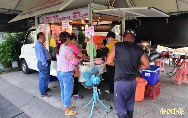 金珠蔥油餅全年無休,每天下午3點營業時間一到,就有民眾開始排隊,深怕晚來就吃不到。(記者張議晨攝)