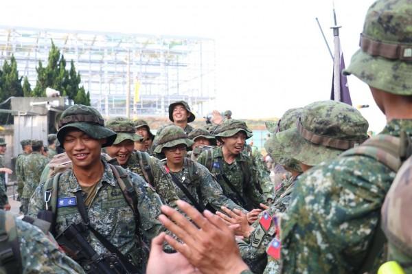 陸軍特指部官兵完成山隘行軍。(陸軍提供)