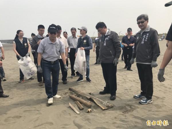 桃園市長鄭文燦(右2)響應淨灘活動。(記者謝武雄攝)