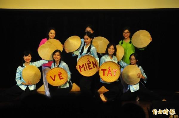 成功大學舉辦越南週,請在台南各大學的越籍學生登台表演。(記者王捷攝)