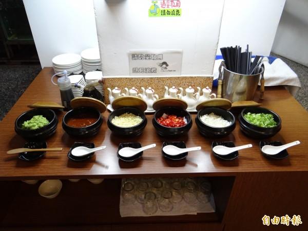 岳棒海鮮火鍋燒烤餐廳的佐料也多用天然蔬菜食材。(記者王俊忠攝)