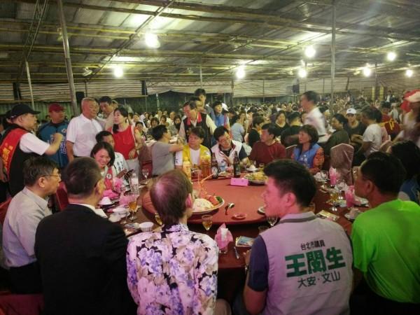 多名綠營議員在遊行結束後,隨即趕赴文山區參加「天上聖母萬壽平安餐會」,席間赫見柯文哲也在場。(民眾提供)