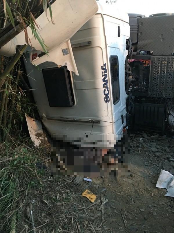 司機摔出車外,以坐姿被車頭重壓慘死。(記者楊金城翻攝)